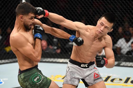 UFC 파이트 나이트 139 메인이벤트에서 야이르 로드리게스(왼쪽)와 맞붙은 정찬성. [사진 UFC 아시아]