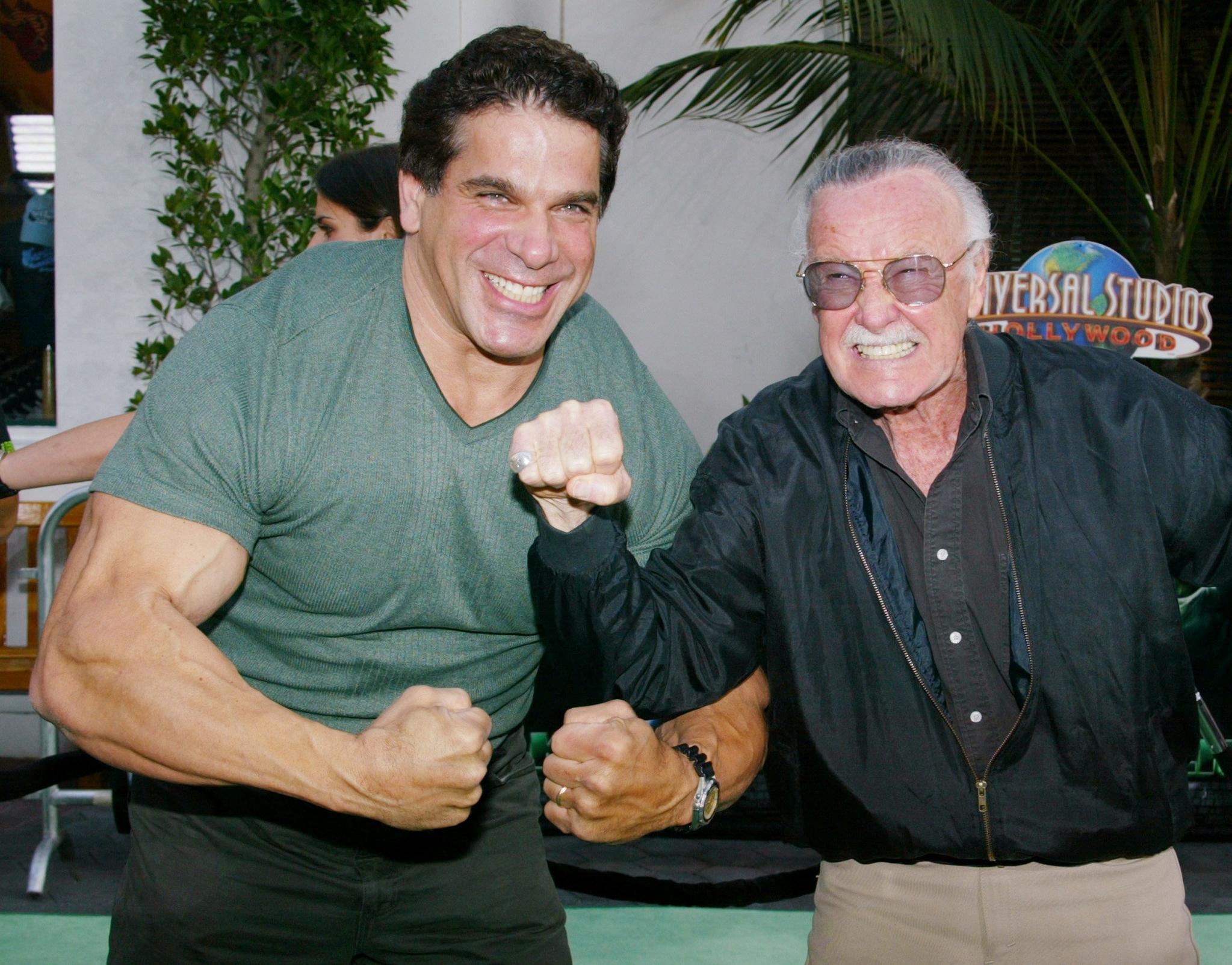 지난 2003년 촬영했던 헐크의 주인공 루 페리그노(왼쪽)과 스탠 리가 헐크 포즈를 하며 사진을 찍고 있다. [로이터=연합뉴스]