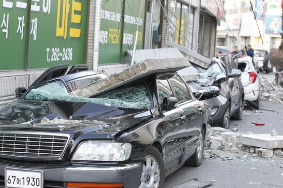 지난해 11월 15일 오후 경북 포항을 강타한 규모 5.4의 지진으로 포항시 북구 흥해읍 한동로 인근 마트 일부가 무너지고 인근에 주차된 차량이 파손된 채 어지럽게 널브러져 있다. [중앙포토]