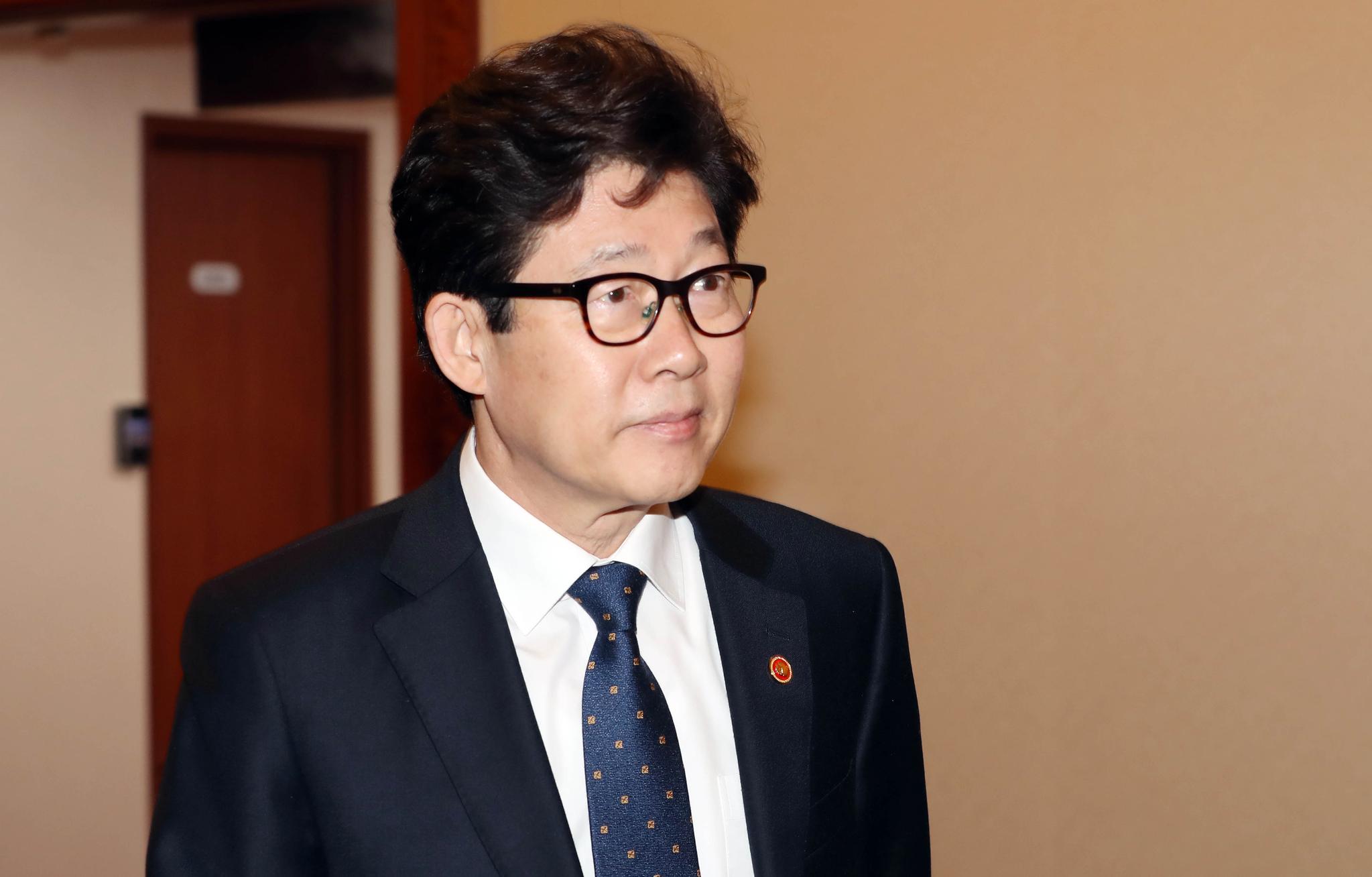 조명래 환경부 장관이 13일 오전 서울 세종로 정부서울청사에서 열린 국무회의에 첫 참석하고 있다. 변선구 기자