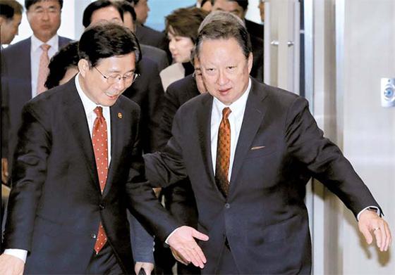12일 오전 서울 중구 대한상공회의소에서 성윤모 산업통상자원부 장관 초청 간담회가 열렸다. 성 장관(왼쪽)이 박용만 대한상의 회장(오른쪽)의 안내를 받으며 회의장으로 들어서고 있다. [뉴시스]