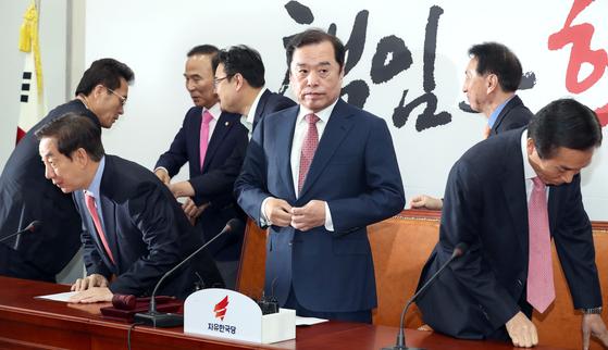 김병준 자유한국당 비상대책위원장(앞줄 가운데)이 12일 국회에서 열린 비상대책위원회 회의에 참석하며 옷매무새를 다듬고 있다. 임현동 기자