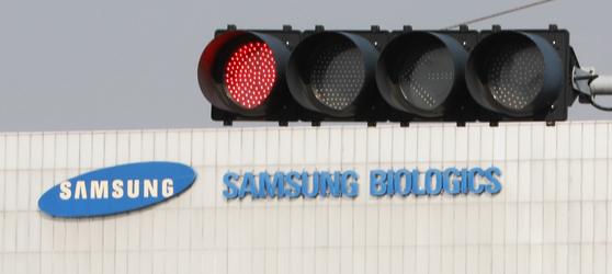 14일 오후 인천시 송도의 삼성바이오로직스 공장앞 신호등에 빨간불이 켜져 있다. 금융위원회 산하 증권선물위원회는 삼성바이오로직스가 고의적 회계 부정을 저질렀다고 결론 냈다. [뉴스1]