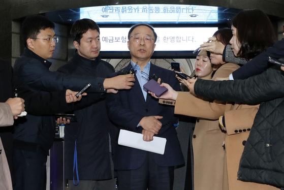홍남기도, 김동연도 상황 엄중… 고용원 있는 자영업자 어려워졌다