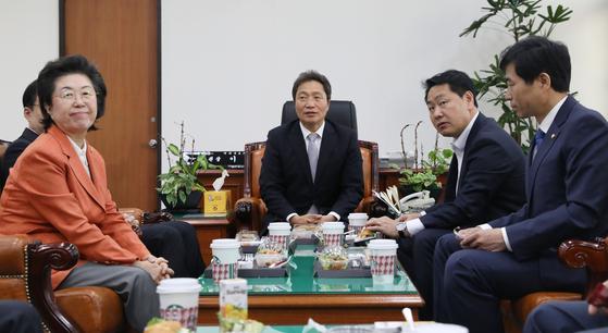 이학재 국회 정보위원장 및 정보위 소속 의원들이 14일 오전 서울 여의도 국회에서 국가정보원으로부터 CSIS(국제전략문제연구소)가 공개한 '북한 미사일 기지' 관련 업무보고를 받고 있다. [뉴스1]