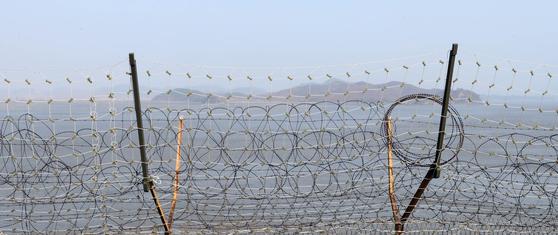 강화도 평화전망대에서 바라 본 북한 개풍군 해창리 일대. 오른쪽 돌출부와 우리 해병대 초소와의 거리는 1.8㎞다. [변선구 기자]