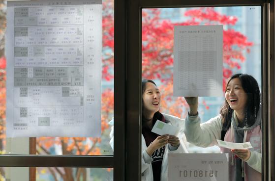 [서소문사진관]수험표 받는 날 표정…긴장ㆍ격려ㆍ응원 그리고 유의사항