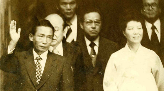 1973년 제28주년 광복절 기념식에서 손을 흔들며 시민들에게 답례하는 박정희 대통령 내외와 함께 있는 김종필 전 총리. [연합뉴스]