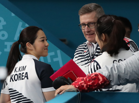 지난 2월 15일 강릉컬링센터에서 열린 한국과 캐나다 여자 컬링 예선 1차전에서 캐나다를 제압한 김경애 선수가 피터 제임스 갤런트 코치(가운데)와 대화하고 있다.오른쪽은 김민정 감독. [연합뉴스]