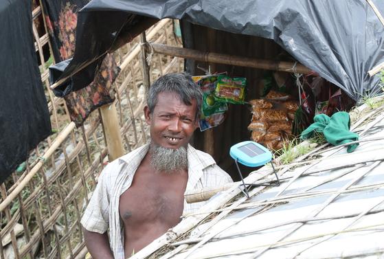 방글라데시 동남부 콕스 바자르 주위에 있는 로힝야 난민촌의 찻집. 현지인들이 티샵으로 부르며 과자와 차를 파는 가게로 로힝야 난민이 난민촌 안에 자력으로 차리고 영업 중이다. 앞에는 돈을 모아 마련한 소형 태양광 발전기가 달려 있다. 우상조 기자