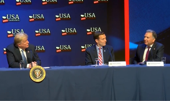 도널드 트럼프 미국 대통령(왼쪽)이 지난 6월 라스베이거스에서 주재한 감세정책 원탁회의에 참석한 스티브 위트코프 회장(오른쪽)을 '친구(pal) 겸 특별한 인물(special man)'이라고 소개하고 있다. [사진 위트코프그룹]
