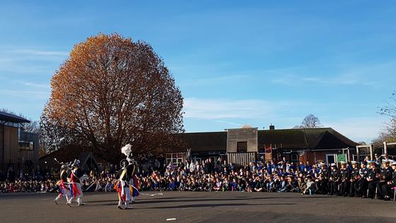 고 윤영하 소령이 다녔던 영국 초등학교에서 해군 장병들이 사물놀이 공연을 하고 있다.