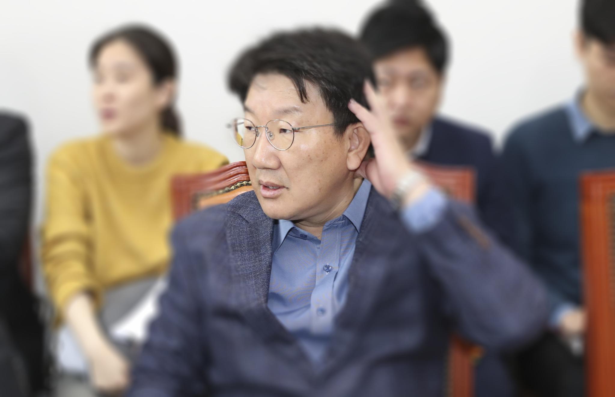 """[포토사오정] 권성동 """"왜 여당만 자리 특혜주나, 목 아파 못하겠다"""""""