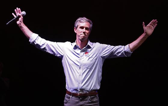 2018년 중간선거 모금 1위인 베토 오루크 민주당 텍사스 상원의원 후보. 지난 6일 중간선거 개표에서 공화당 테드 크루즈 의원에게 패한 뒤 지지자들에게 손을 들어 인사하고 있다.[EPA=연합뉴스]