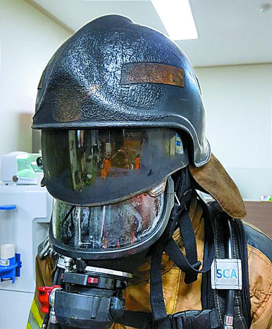 헬멧 녹인 불길 속 아이 구한 소방관들, 상금도 전액 기부