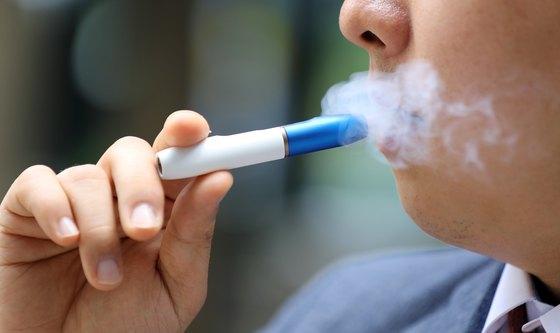 """""""냄새 덜 나서 방 안에서도 피운다"""" 금연 의지 꺾는 궐련형 전자담배"""