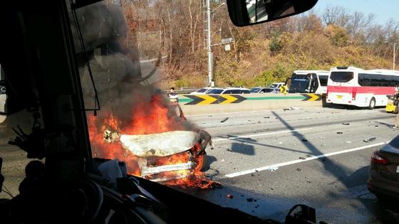 경부고속도로서 버스·승용차 등 8중 추돌···41명 부상