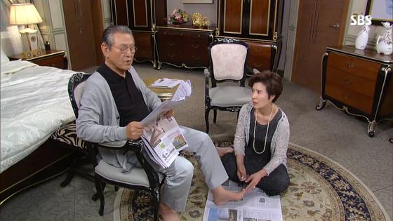 SBS 일일드라마 '나도 엄마야'. 부인이 바닥에 앉아 남편의 발톱을 깎는 모습을 담았다. [사진 SBS]