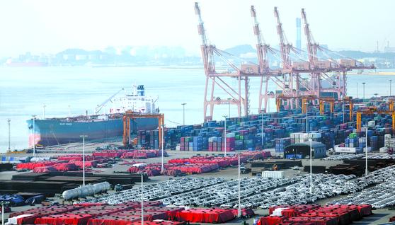 지난달 25일 경기도 평택항 수출 야적장 광경. 한국은 수출과 수입에 전형적으로 의존하는 국가다. 이 때문에 해상교통로가 차단되면 나라의 경제가 휘청인다. [뉴스1]