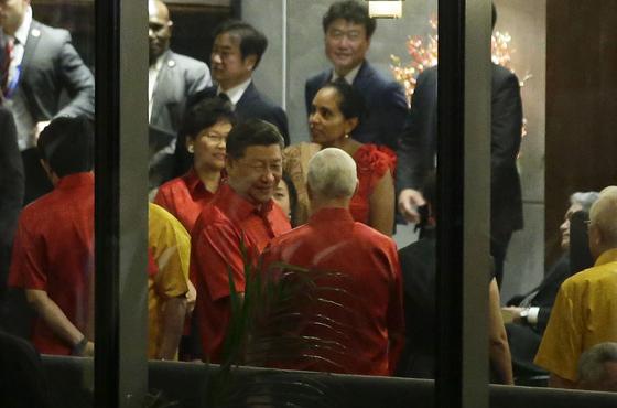 """펜스 """"중국의 미국 이용 끝났다"""" VS 시진핑 """"무역전쟁 승자 없다"""""""