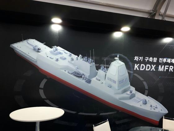 지난달 제주 국제 관함식과 함께 열린 특별방산기획전에 전시된 KDDX 개념도. KDDX 레이더 사업에 참여하려는 방산업체인 LIG넥스원이 그렸다. [사진 디펜스 타임즈]