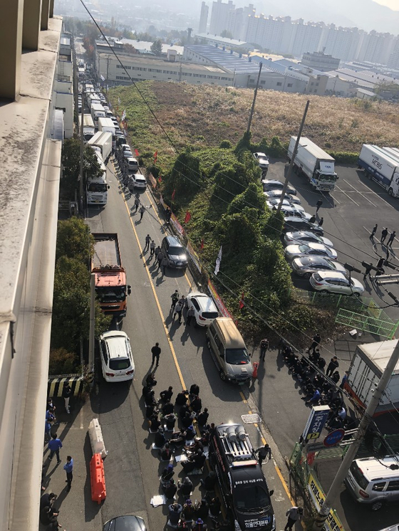지난 5일 집회에 참가한 화물연대 울산지부 소속 기사들이 차량을 동원해 성우하이텍 공장 인근 도로와 주차장 입구 등을 봉쇄했다. [사진 성우하이텍]
