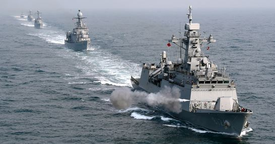 지난해 9월 열린 해군 함포 실사격 훈련에서 신형 호위함(2500급t) 경기함의 5인치(127㎜) 함포가 불을 뿜고 있다. 경기함 뒤로 이날 훈련에 참가한 호위함(1500t급) 제주함, 초계함(1000t급) 제천함과 공주함, 유도탄 고속함(400t급) 황도현함이 뒤이어 기동하고 있다. [사진 해군]