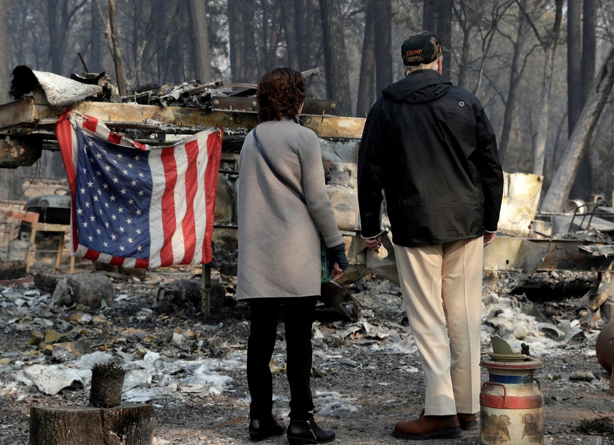 [서소문사진관]트럼프,  최악의 산불 현장에서 너무 슬프다