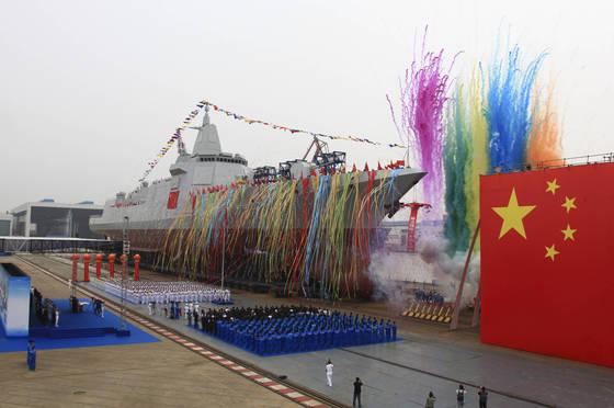 I지난해 6월 28일 장난(江南) 조선소에서 열린 055형 구축함 진수식.이 구축함은 서구의 이지스 구축함에 맞먹는 방공 구축함으로 평가된다. [사진 신화시ㆍAP]