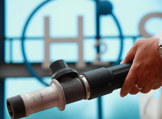 수소차 충전소인 서울 마포구 상암수소스테이션에서 충전소 관리자가 수소 연료 주입기를 확인하고 있다. [연합뉴스]