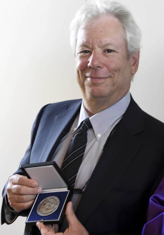 『넛지』의 저자이자 노벨상 수상가인 행동경제학자 리처드 탈러 교수. 리처드 탈러 교수는 확증편햐을 방지하는 방법으로 '기록 남기기'를 권유한다. <저작권자(c) 연합뉴스, 무단 전재-재배포 금지>