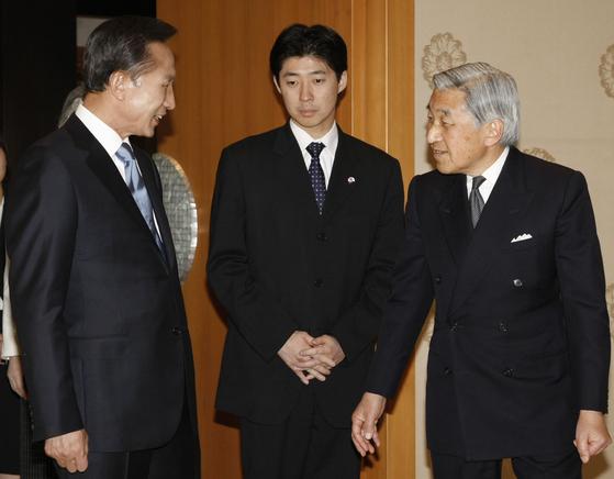 2008년 일본을 방문한 이명박 대통령이 아키히토 일왕과 이야기를 나누고 있다. [중앙포토]