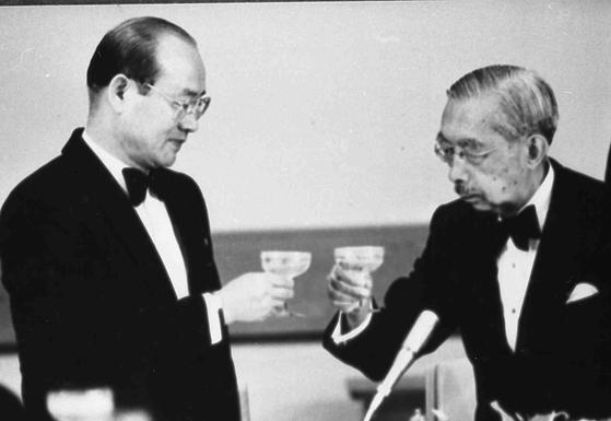 1984년 일본을 방문한 전두환 대통령이 히로히토 일왕이 주최한 만찬에서 건배하고 있다. [중앙포토]