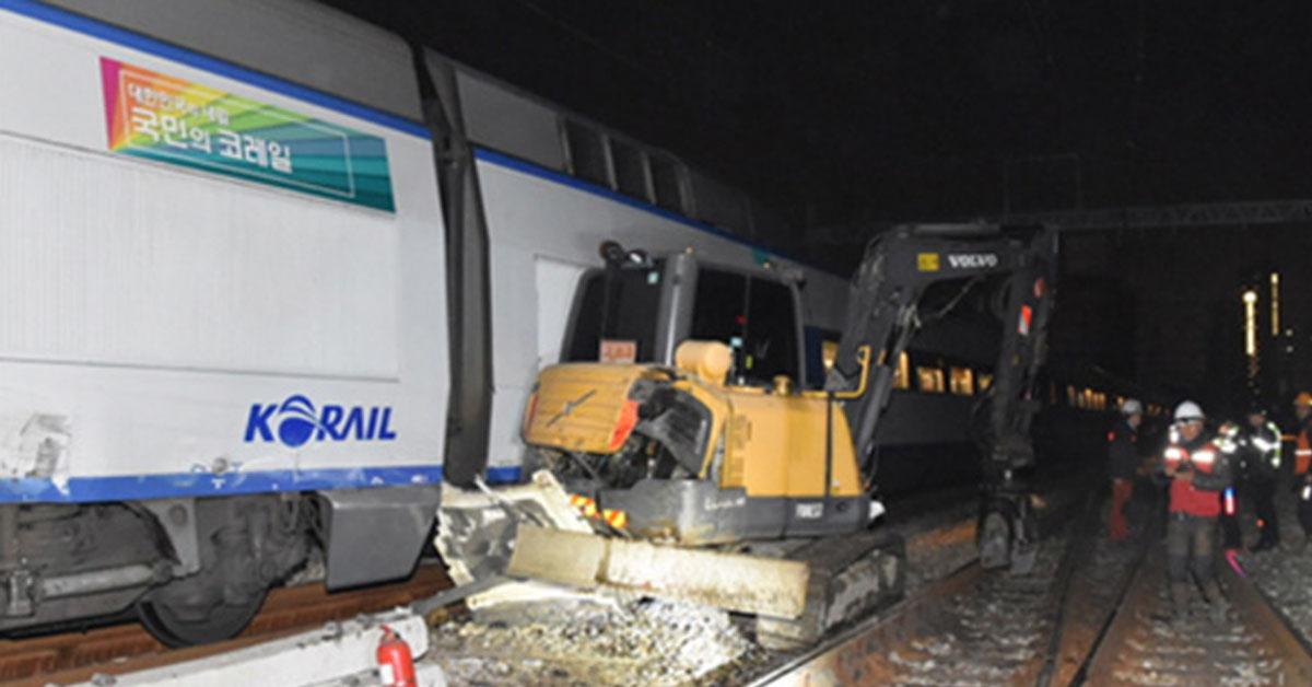 서울역에 들어오던 KTX 열차, 포크레인과 충돌…3명 부상