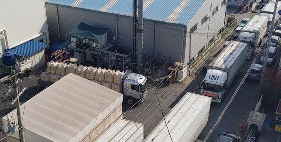 민주노총 화물연대 울산지부 소속 조합원들이 지난 5일 경남 양산 성우하이텍 공장 인근 도로를 11t 대형트럭으로 가로막고 있다. [사진 국제신문]