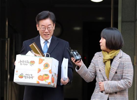 '혜경궁 김씨' 관련 입장 발표 앞둔 이재명…재활용품 분리수거 후 출근