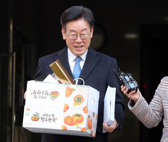 [서소문사진관] 분리수거 여유 부린 이재명 경찰, 네티즌보다 못하다