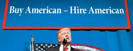 도널드 트럼프 미국 대통령이 지난해 '미국 제품을 사고 미국인을 고용하라'는 플래카드를 배경으로 연설하고 있다. [중앙포토]