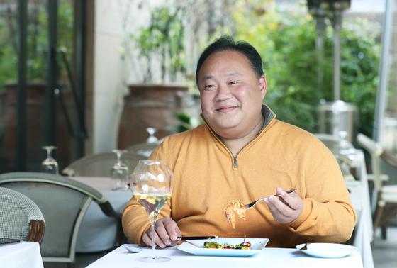 미식 블로그 '비밀이야'를 운영 중인 배동렬씨가 평소 즐겨 찾는 프렌치 레스토랑 '레스쁘아 뒤 이부'에서 연어 요리를 맛보고 있다. 최승식 기자