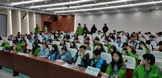 한중 녹색봉사단원들은 지난 6일 중국 시안공정대학에서 환경보호와 경제발전을 주제로 토론했다.