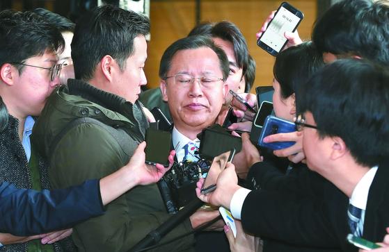 박병대 전 대법관, 14시간 조사받고 귀가…질문엔 묵묵부답