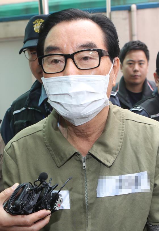 8년 2개월 도피 끝에 검찰에 붙잡힌 최규호(71) 전 전북교육감이 지난 9일 구속 전 피의자 심문(영장실질심사)을 받기 위해 전주지법으로 이동하고 있다. [연합뉴스]
