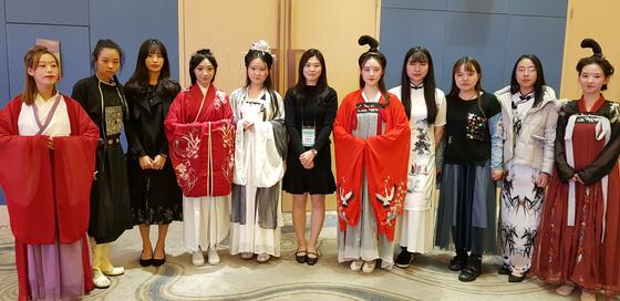한중 녹색 봉사단에 참여한 양국 대학생들이 중국 시안에서 한당 시대 전통 복장을 입고 특별 공연을 했다.
