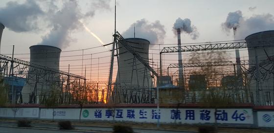 중국 네이멍구 다라터치에서 뿌연 연기를 뿜어내고 있는 석탄화력발전소. 장세정 기자