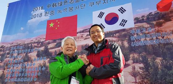 권병현 전 주중대사(왼쪽)와 천창이 베이징시 공청단 부서기가 '녹색장성 만들기' 결의를 다지고 있다.