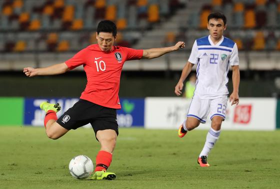 20일 호주 브리즈번 퀸즐랜드 스포츠 육상센터(QSAC)에서 열린 한국과 우즈베키스탄의 축구국가대표 친선경기.   전반 남태희가 슛을 시도하고 있다. [연합뉴스]