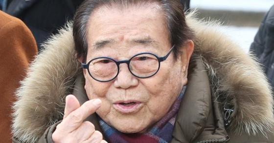 방송인 송해가 서울 여의도 KBS 신관 공개홀에서 열린 KBS '전국 노래자랑'의 미팅을 마치고 방송국을 빠져 나가며 손하트를 그리고 있다. [뉴스1]