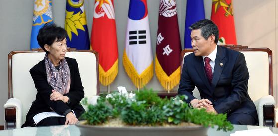 정경두 국방부 장관(오른쪽)과 최영애 국가인권위원장이 19일 서울 국방부 청사에서 양심적 병역거부자의 대체복무제안에 대해 대화하고 있다. [사진 국방부]
