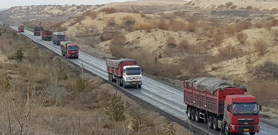 중국발 미세먼지의 원인 중 하나인 발전용 석탄을 실어나르는 네이멍구의 대형 트럭들. 장세정 기자