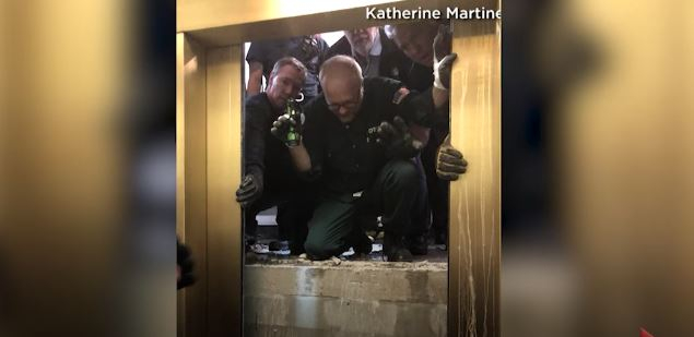 미국 시카고에서 '존 핸콕 센터'로 잘 알려진 초고층빌딩의 엘리베이터가 95층에서 11층까지 추락하는 사고가 발생했지만 다행히 사망자는 없었다고 CBS 시카고와 시카고 트리뷴이 19일(현지시간) 보도했다.신고를 받고 출동한 구조대원들은 11층 부근에서 3시간여 동안 벽에 구멍을 내고 균형을 잃은 채 건물 내벽에 끼어 있던 엘레베이터에서 탑승객들을 구출했다. [사진 방송화면 캡처]